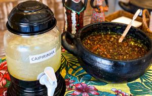 """Sábado é dia de """"open"""" caldinho e caipirinha pra quem vai buscar marmita na Comadre Maria"""