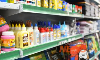 Valor da compra de material escolar pode dobrar de uma loja para outra em Dourados