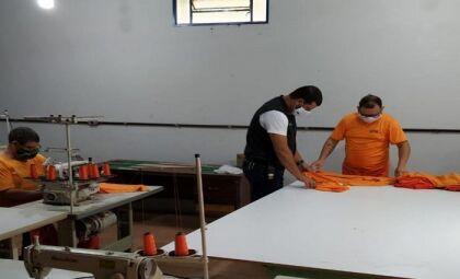 No presídio de Bataguassu, reeducandos estão confeccionando o próprio uniforme