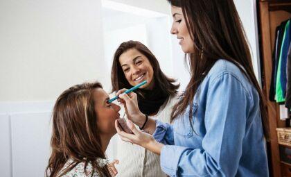 """Maquiadora ensina como """"ganhar alguns anos"""" com dicas de uma pele perfeita"""