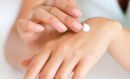 Skincare: qual a quantidade certa de produto para a pele do rosto e do corpo
