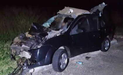 Homem morre e dois ficam feridos após veículo bater em bovino