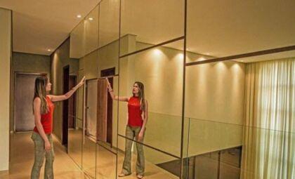 Mobiliário espelhado é a nova tendência na decoração, aprenda como usar