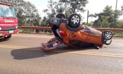 Motorista perde controle da direção e capota veículo na BR-060
