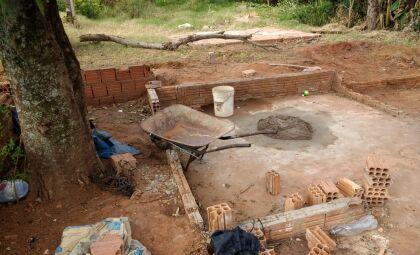 Após denúncias de degradação, PMA flagra construção em área protegida