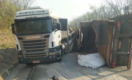 Acidente envolvendo três carretas deixa motorista ferido e veículo tombado em MS