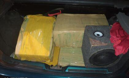 Mais de 100 quilos de maconha são encontrados em porta-malas de carro