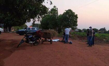 Com carretinha carregada de feno, motociclista cai e morre em estrada