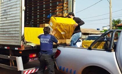 Caixas com produtos apreendidos são retiradas de hotel em Vila Vargas