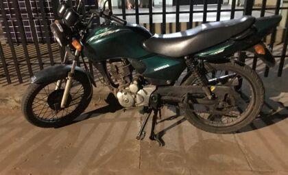 Com motocicleta adulterada homem desacata policiais e vai preso
