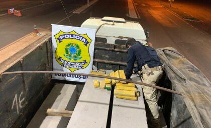 Motorista acaba preso com postes de concreto 'recheados' com maconha