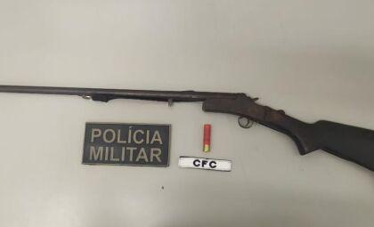Homem é preso com arma após ameaçar companheira
