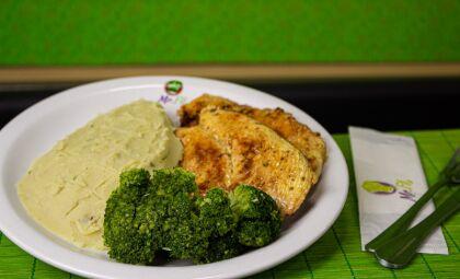 No novo menu há frango, peixes, carnes bovinas e suínas, omeletes e também opções vegetarianas