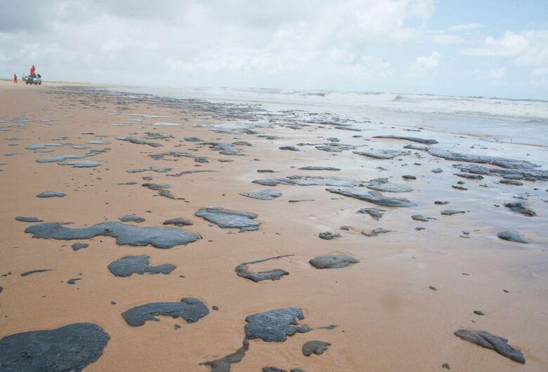 Marinha aponta três navios suspeitos por manchas de óleo no mar