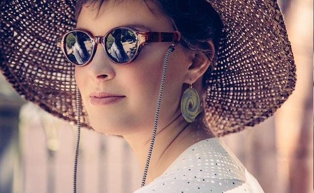 d10f8ae2b Está muito bem enganado quem pensa que as famosas correntinhas nos óculos  são somente para os mais velhos. Nos últimos meses, elas têm sido muito  vistas por ...