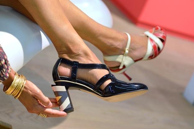 0caa4dc1f Você já pensou em usar dois sapatos diferentes para sair? Pode soar estranho,  mas esta é a forma que algumas celebridades, como Claire Foy e Nicole  Kidman, ...